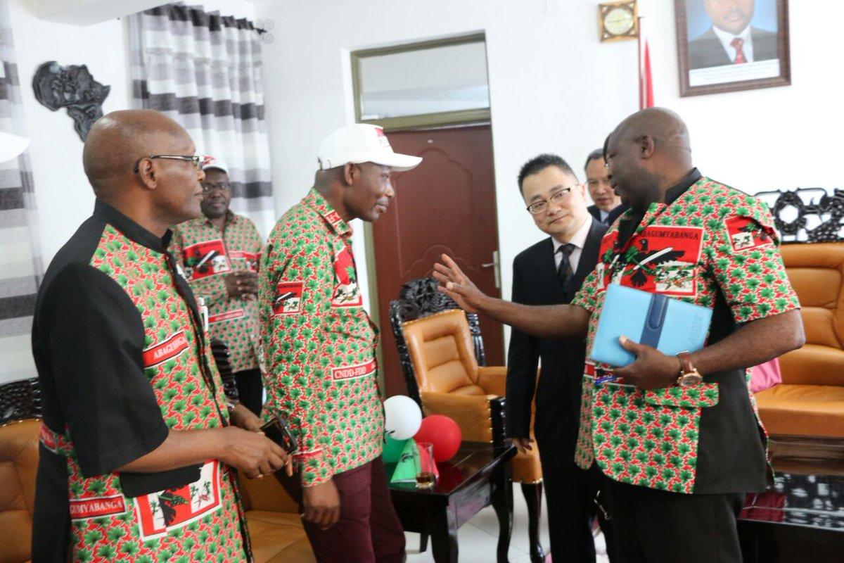 #Burundi La Direction du @CnddFdd au complet accueille la Délégation du Comité Central du Parti Communiste de #China (PCC) au QG de #Ngagara<br>http://pic.twitter.com/r1xzcGU290