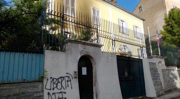 #Corse :Cocktails Molotov contre la sous-préfecture de Corte  http:// sur.laprovence.com/STaY-1E3x  &nbsp;   #FaitsDivers <br>http://pic.twitter.com/uZ1D96bgn1
