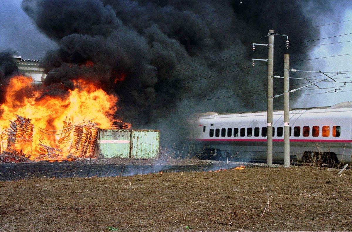秋田新幹線こまちの20年を振り返る。2001年4月、線路沿いの倉庫で火災があり、黒煙の中を突っ走るこまち|秋田魁新報電子版  https://t.co/N04JSI39x2 https://t.co/zICccFFtpy