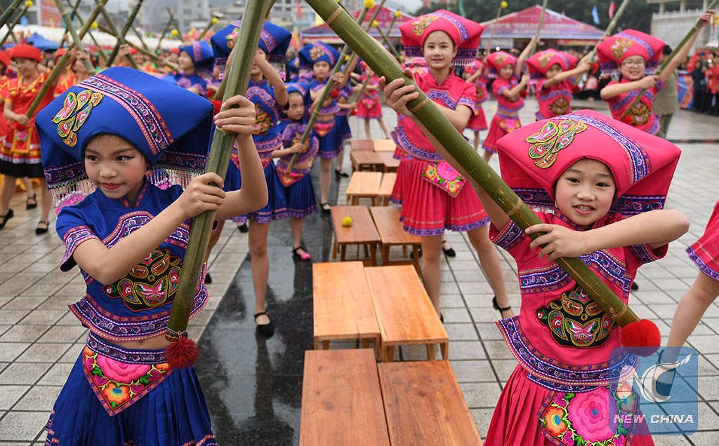 500 people perform famous #dance of Zhuang people with shoulder poles at a county #fair in SW China's Guangxi