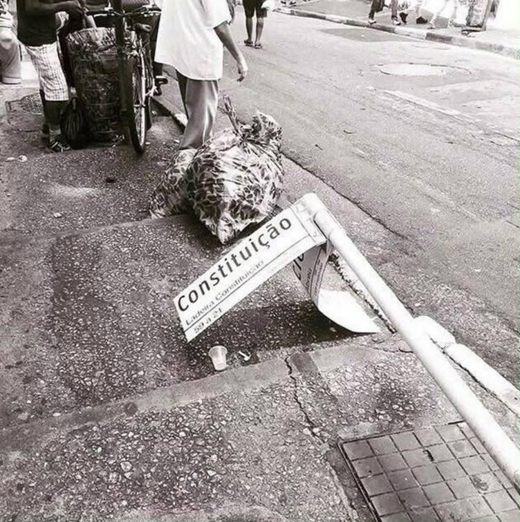 Tá lá um corpo estendido no chão... #terceirização https://t.co/0Hs1lp...