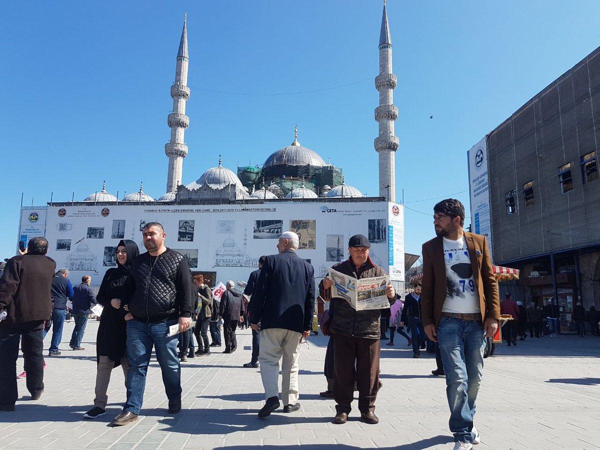 #AkGençFatih olarak Eminönü Meydanı'nda #Evet gazetelerimizi dağıtıyor...