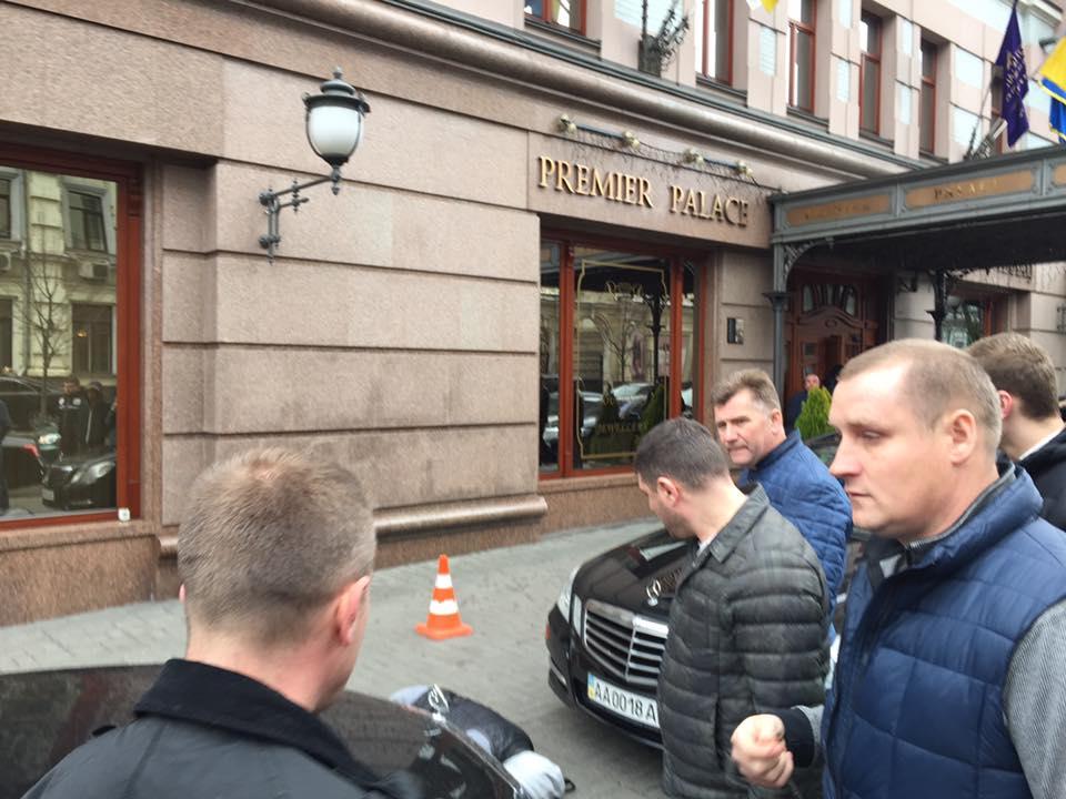 Раненый киллер. Его подстрелил охранник Вороненкова https://t.co/UwQf5...