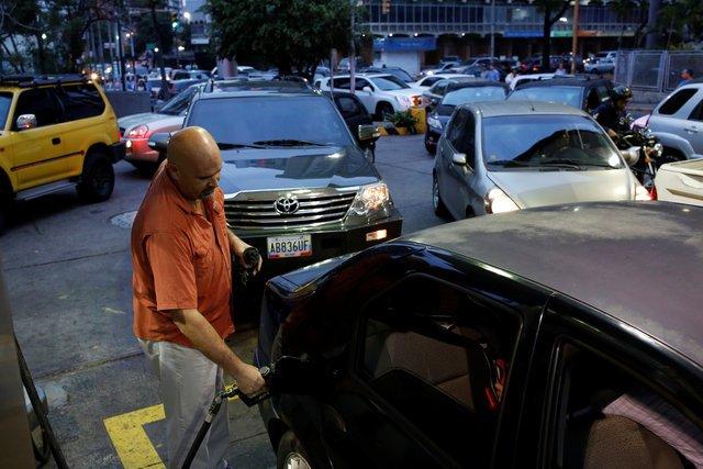 Caracas amaneció con largas colas en estaciones de servicio para carga...