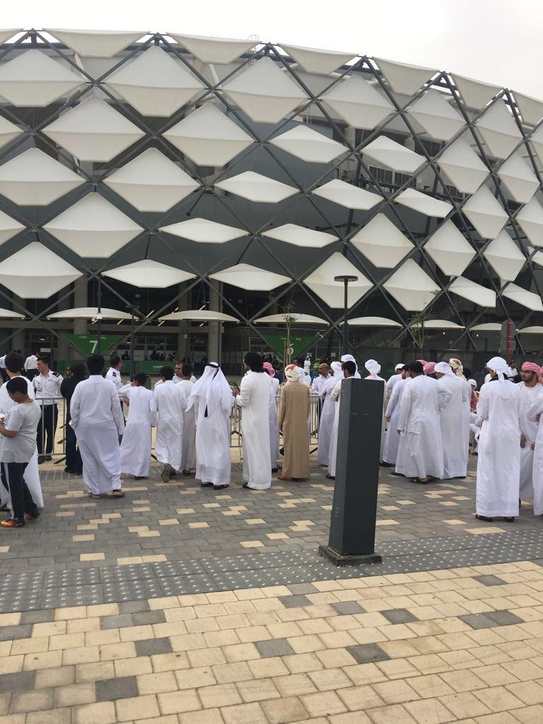 جماهير الأبيض تبدأ التوافد على ستاد هزاع بن زايد قبل مباراة #الإمارات_...