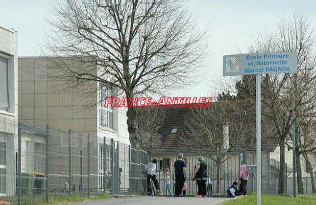 Battu dans la cour d&#39;école parce qu&#39;il est noir  http:// ow.ly/bDtF30abrbn  &nbsp;   #FaitsDivers #Loire #France <br>http://pic.twitter.com/hnFeIaWkAL