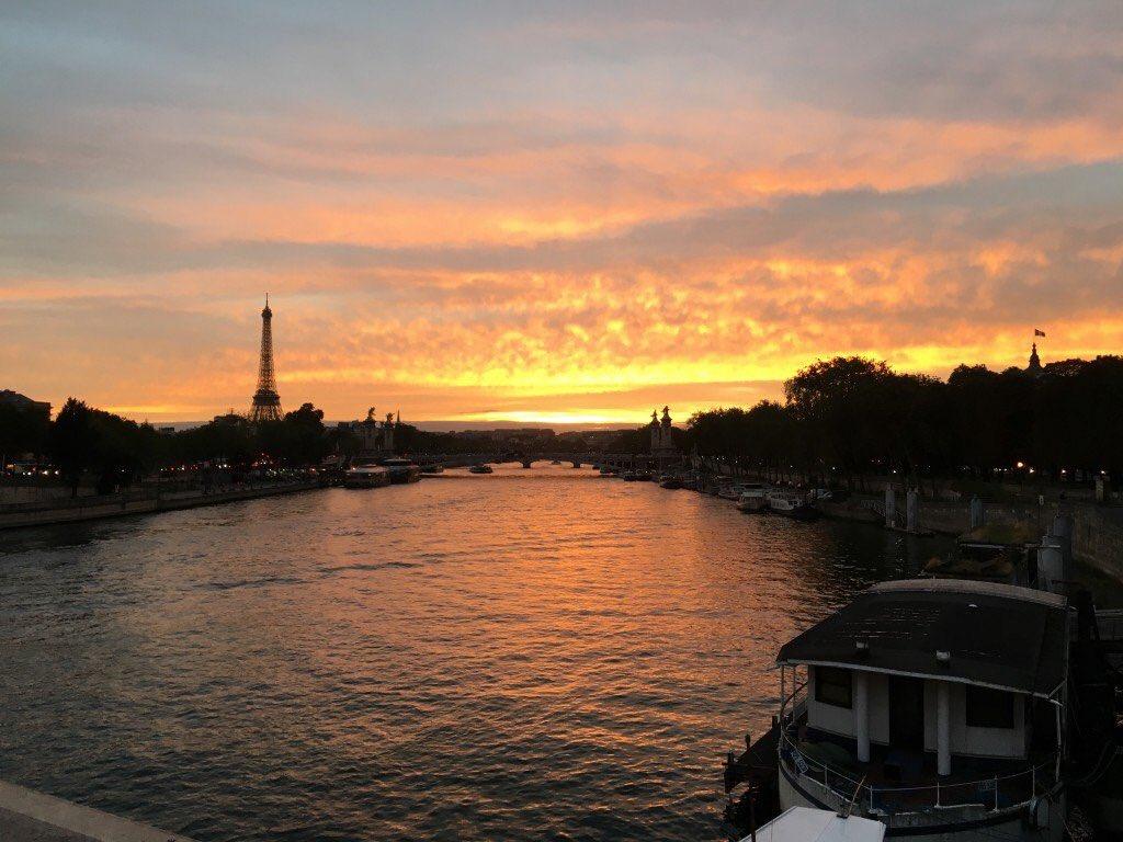 Si une telle lumière au cœur de  #Paris ne donne pas envie de s&#39;y promener...Enjoy !  http:// paris-visites.wixsite.com/paris-visites  &nbsp;   #tourisme #visiteguidee #France<br>http://pic.twitter.com/RY9uqjXeHC