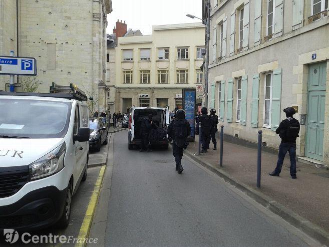 #Faitsdivers Rapt à Pougues-les-Eaux : quatre suspects écroués depuis mercredi soir &gt;  http://www. lejdc.fr/nevers/faits-d ivers/2017/03/23/quatre-suspects-ecroues-depuis-mercredi-soir_12334678.html &nbsp; … <br>http://pic.twitter.com/uHnZldiXso