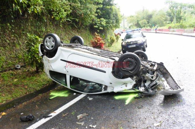 Spectaculaire accident à Ajoupa-Bouillon  http:// ow.ly/PZ5L30acfLy  &nbsp;   #FaitsDivers #Martinique <br>http://pic.twitter.com/i8ZX6ZZTzd
