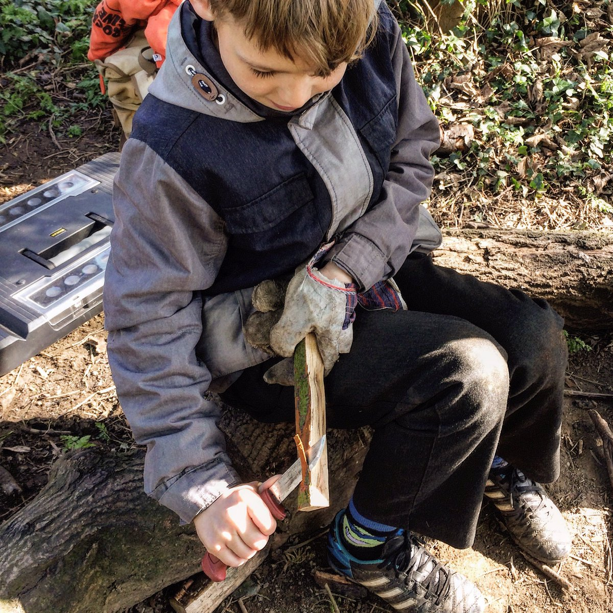 Lovely knife skills today at @todwickprimary @CultureLeisure @ForestSchools #forestschools <br>http://pic.twitter.com/2e8YhIdqVm