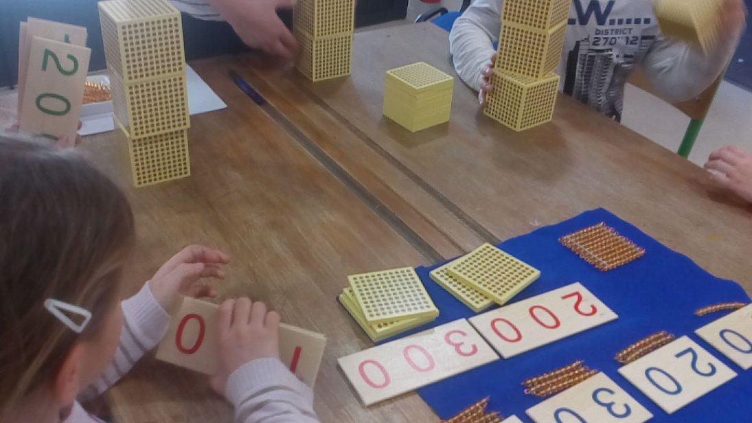 Retour sur la #semainedesmaths   ateliers proposés aux CP/CE1/CE2 de l&#39;école de Dampierre-en-Bray    Manipulation et notions #maths <br>http://pic.twitter.com/eaetlyycKX