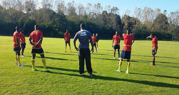 Réuni à #Paris depuis lundi, des joueurs du @SyliDeGuinee sont bloqués à #Conakry faute de #visa.Pourquoi? @GouvGN @NaiteMoustapha #team224<br>http://pic.twitter.com/jnnAMl4y0L