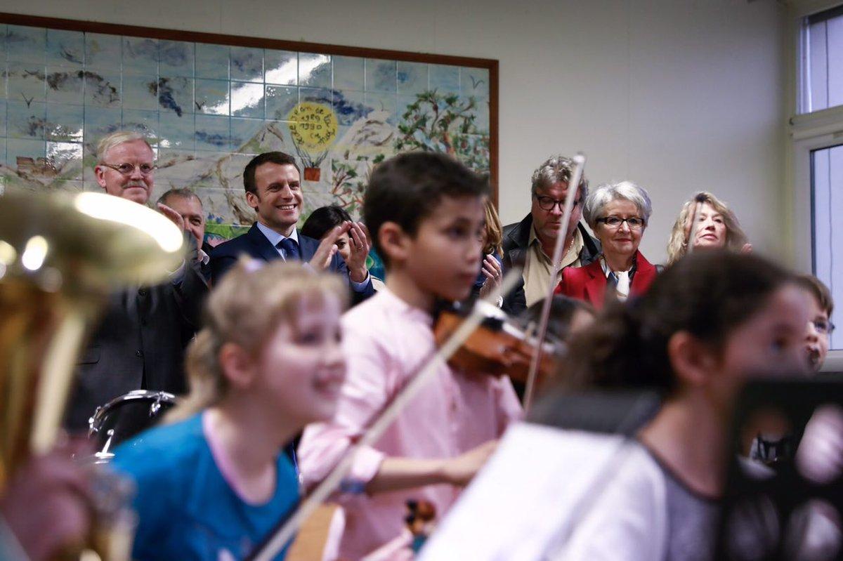 LIVE - Avec les élèves de la classe orchestre à l'école Victor Hugo d'Avallon : facebook.com/EmmanuelMacron…