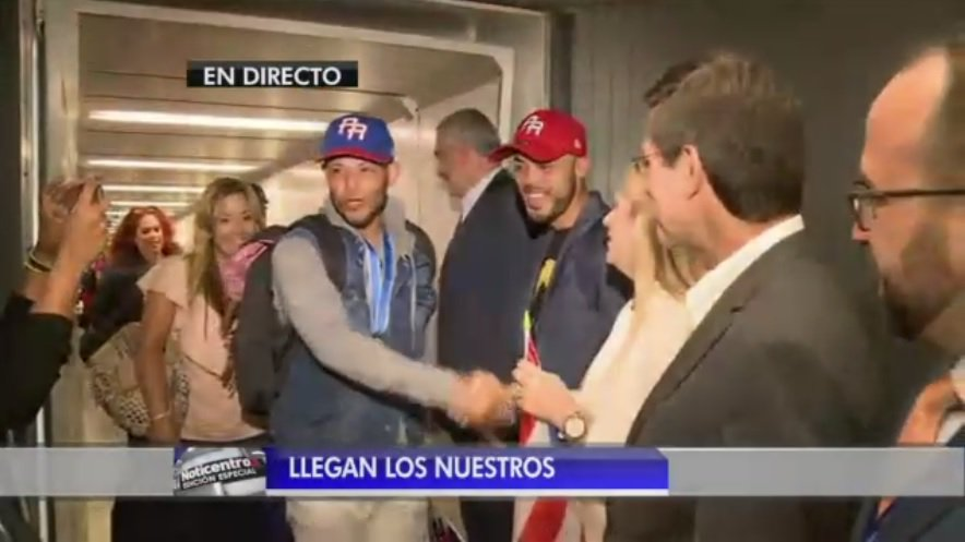 La gente aplaude a Yadier Molina  #LleganLosNuestros https://t.co/FIXV...