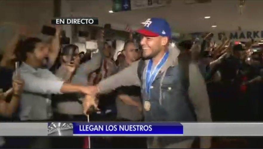 Emocionados los seguidores al ver a Yadier Molina #LleganLosNuestros h...