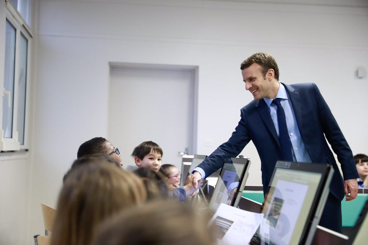 LIVE - Avec les élèves de CE1, dans la salle numérique de l'école Victor Hugo à Avallon : facebook.com/EmmanuelMacron…