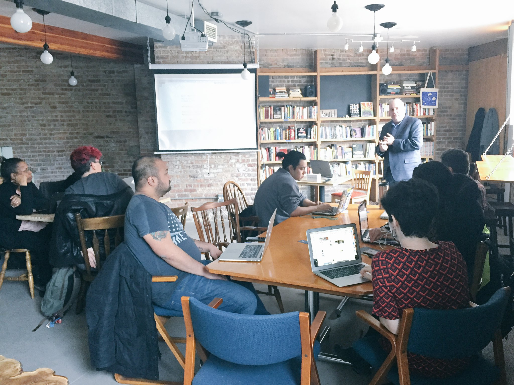We're getting started at #PublicNewsroom #11: Google Tools w/ @journtoolbox--come for all or parts of the workshop & folo #googlecitybureau https://t.co/NlSEJ40X5H