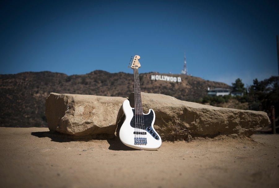 Olympic White Deluxe Active Jazz Bass. 😍 https://t.co/YRUoVTbJgi  #Fen...
