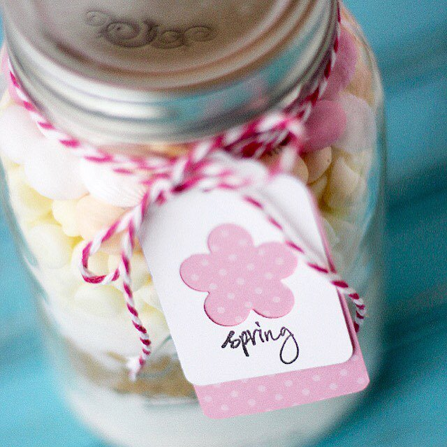 Anyone else a fan of mason jar gifts 🎁👏🏻? I just love how these Spring...
