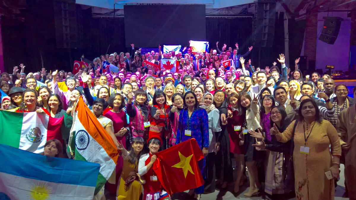 What an amazing finale to #E2! With an #MIEExpert community like this, we know the world&#39;s students will accomplish unbelievable things.<br>http://pic.twitter.com/4muL4dEWUI