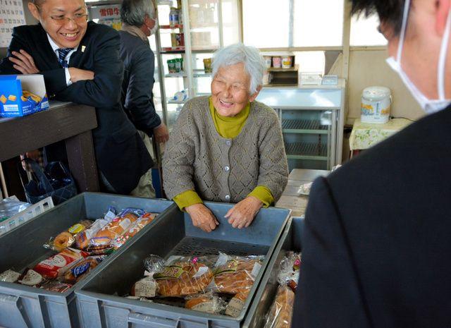 高校の売店に66年間勤めた女性が91歳の誕生日に引退します。同校の卒業生でもある校長は「ただのパン屋さんではなく、背中を押してくれる『母親』...