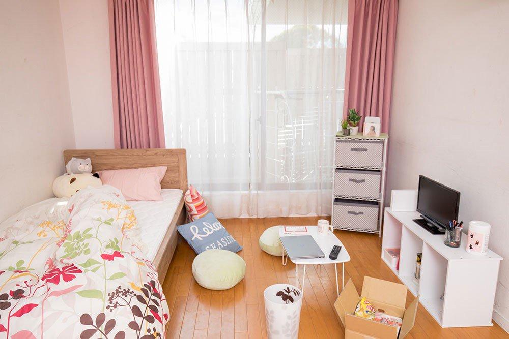 空き部屋に家具を持ち込んで「理想の女子の部屋」を男が再現するという、無益な試みをしました。  【妄想】男が考える「理想の女子部屋」選手権 https://t.co/XaoXyN93gH https://t.co/Jh1hdytKfX