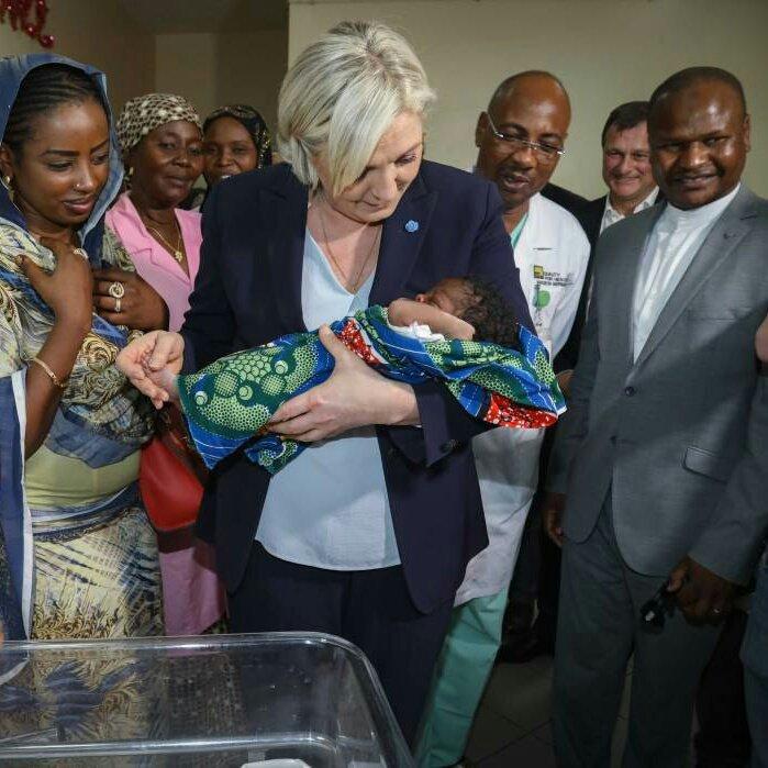 Marine Le Pen au Tchad visite l'hôpital de la Mère et de l'Enfant. 🇫🇷🇹🇩 #AuNomDuPeuple #Marine2017