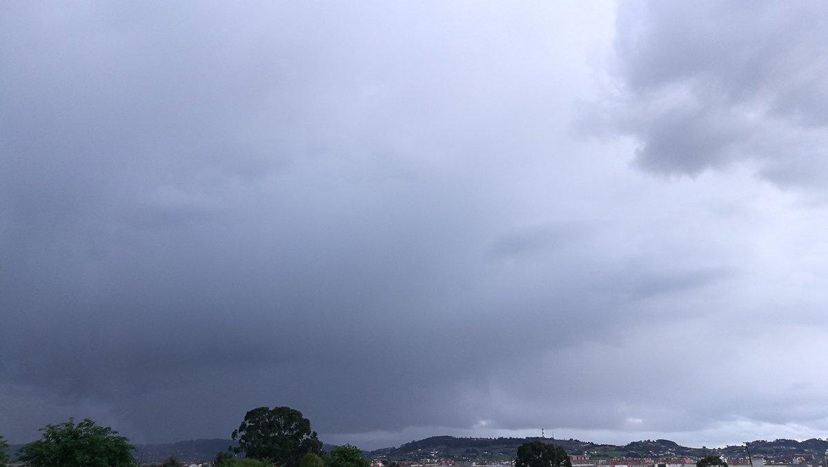 Ayer estas nubes lo que trajeron fue lluvia y muchiisimo frío ❄❄❄☔🌀... #cosasdemama #partidodefutbol #Madredelamorhermoso #frio #perohappy https://t.co/81z1pJPR9c