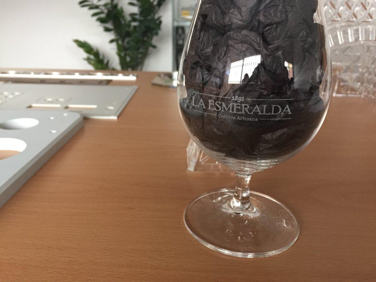Arrancando el fin de semana con un pedido de #cervezas #LaEsmeralda: #grabado sobre vidrio  #FelizFinde <br>http://pic.twitter.com/PSTgUVx8DU
