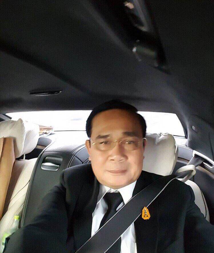 เซลฟี่!! นายกรัฐมนตรี ถ่ายภาพเซลฟี่ในรถระหว่างมาทำงาน รณรงค์รัดเข็มขัด...