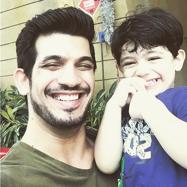 #cutenessoverloaded #likefatherlikeson   #ArjunBijlani with a very young #AyaanBijlani.  @ArjunBijlaniFa1 @fc_bijlani @arjun_fc_uk_pic.twitter.com/u1iofMcGwD