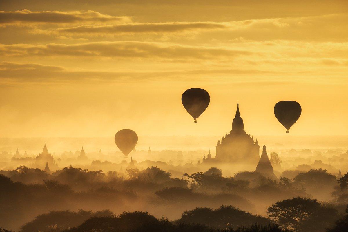 #JeMeSensSeuleAuMondeQuand j&#39;admire le lever de soleil sur la plaine de Bagan au #Myanmar  <br>http://pic.twitter.com/S3HxZ7A5HO