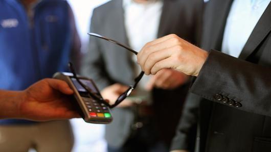 Marques de lunettes et banques déjà approchées par #Visa #paiement #sunglasses #NFC  http:// buff.ly/2nh2fC5  &nbsp;  <br>http://pic.twitter.com/roH00YVZu2