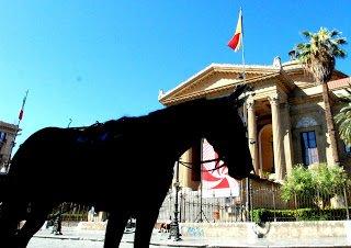 Paura a Palermo, un cavallo rompe le redini e fugge tra le auto e i passanti - https://t.co/5rEV8UOkx9 #blogsicilianotizie