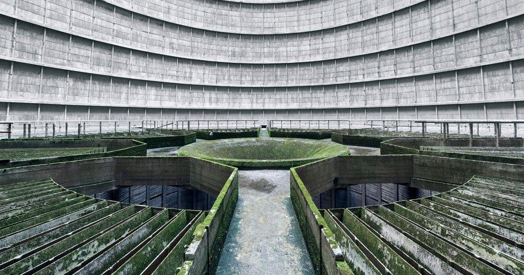 【荘厳、巨大。閉鎖された「発電所の冷却塔」に行ってみた】 外から隔離され、幽霊が出そうなほど静かな巨大空間。 一歩中に入れば、そこはまるでSFの世界だ。https://t.co/EXwulZomLv