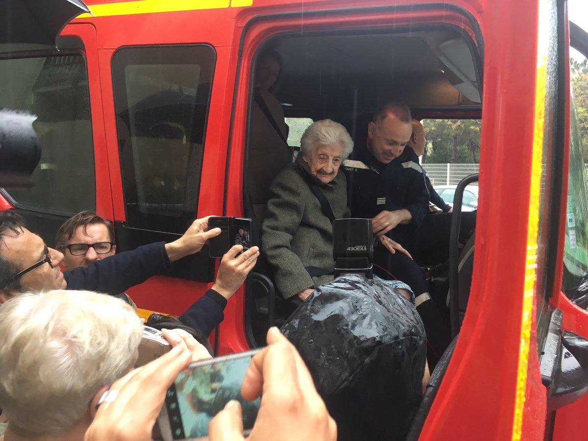 Пожарные исполнили мечту 112-летней француженки