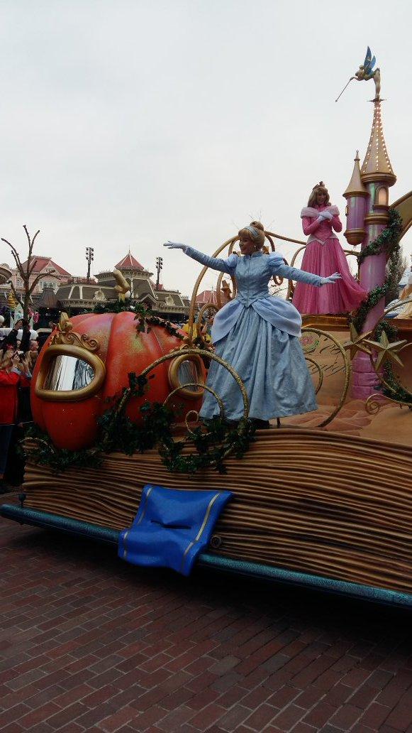 A 17h30 aujourd&#39;hui, &quot;La Magie Disney en Parade&quot; a tirée sa révérence !  #DisneylandParis <br>http://pic.twitter.com/e4B6GVbfyM