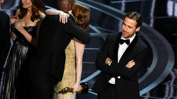 Why #Ryan #Gosling giggled during Oscars mix-up  http:// jenke.rs/f0OZk7  &nbsp;  <br>http://pic.twitter.com/yOG59Uo4Ac