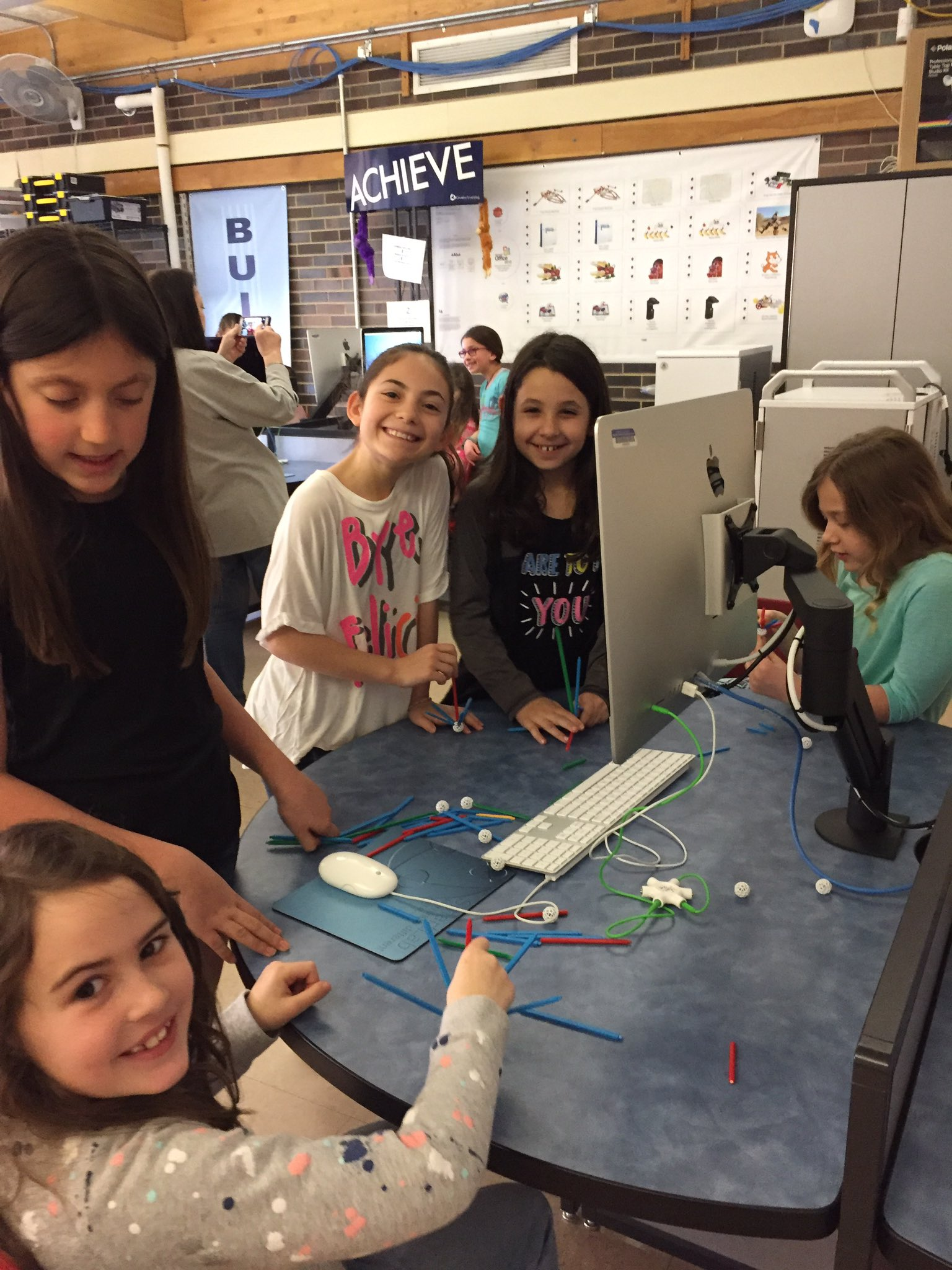First grade/fourth grade buddy stem lab #engage109 #sp109 https://t.co/bIwp8rXhJG