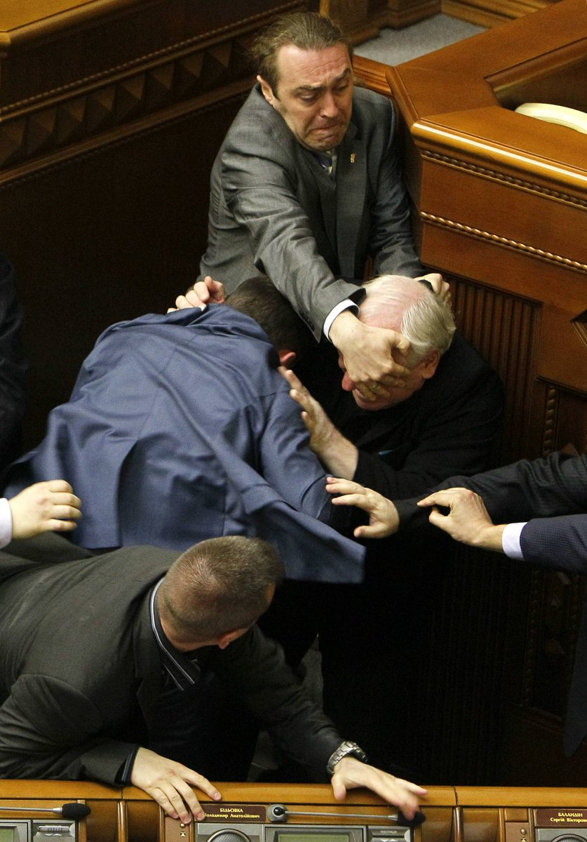 ウクライナ議会の乱闘画像本当にすごくいい構図だし、配色も暗い色を主に、手など皮膚が補色になっててすごく美しいし、顔が唯一映っている人の表情がすごくいいし、全体的に完璧だと思う すごい ルネサンス期のイタリア画っぽい
