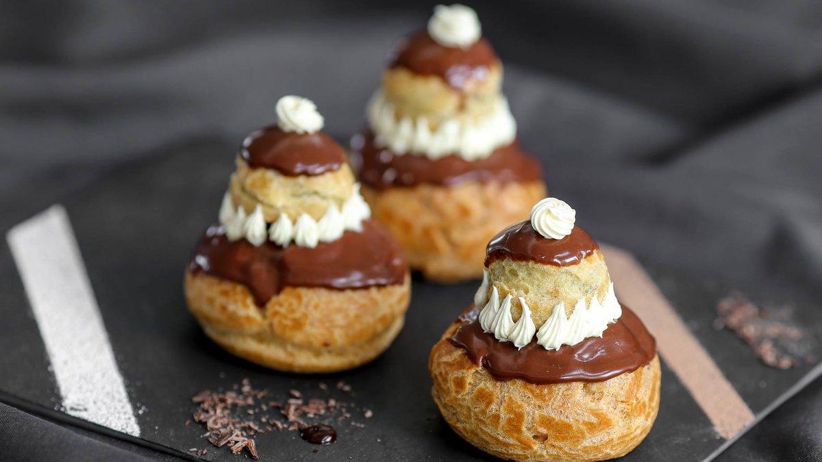 Religieuses au chocolat La recette ici :  http://www. cuisine-et-mets.com/desserts/beign ets-et-crepes/religieuses-chocolat.html &nbsp; …  Essayez d&#39;autres parfum, c&#39;est tout aussi bon. #recette #cuisine #dessert<br>http://pic.twitter.com/QNYTtE5t3M