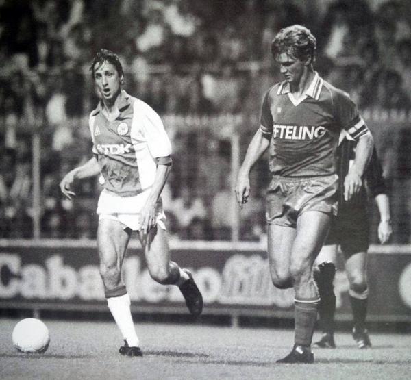 De aquella época es esta curiosa imagen junto a Louis van Gaal. https:...