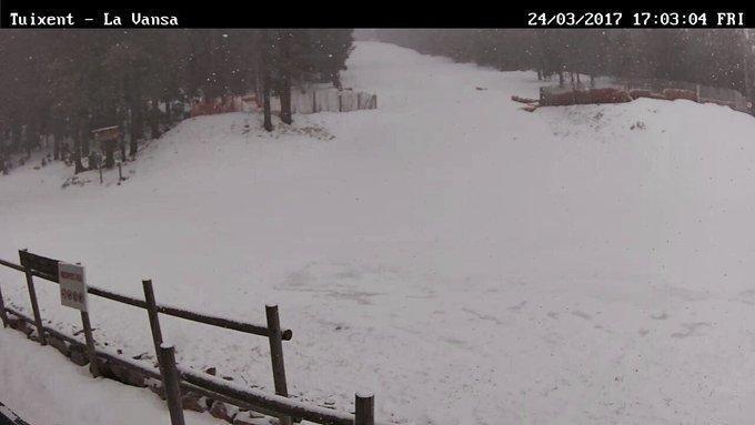 🌨🌨🌨Com a casa enlloc i si és nevant, ja està tot dit! #LapòniaCatalana #TuixentLaVansa #JoFons