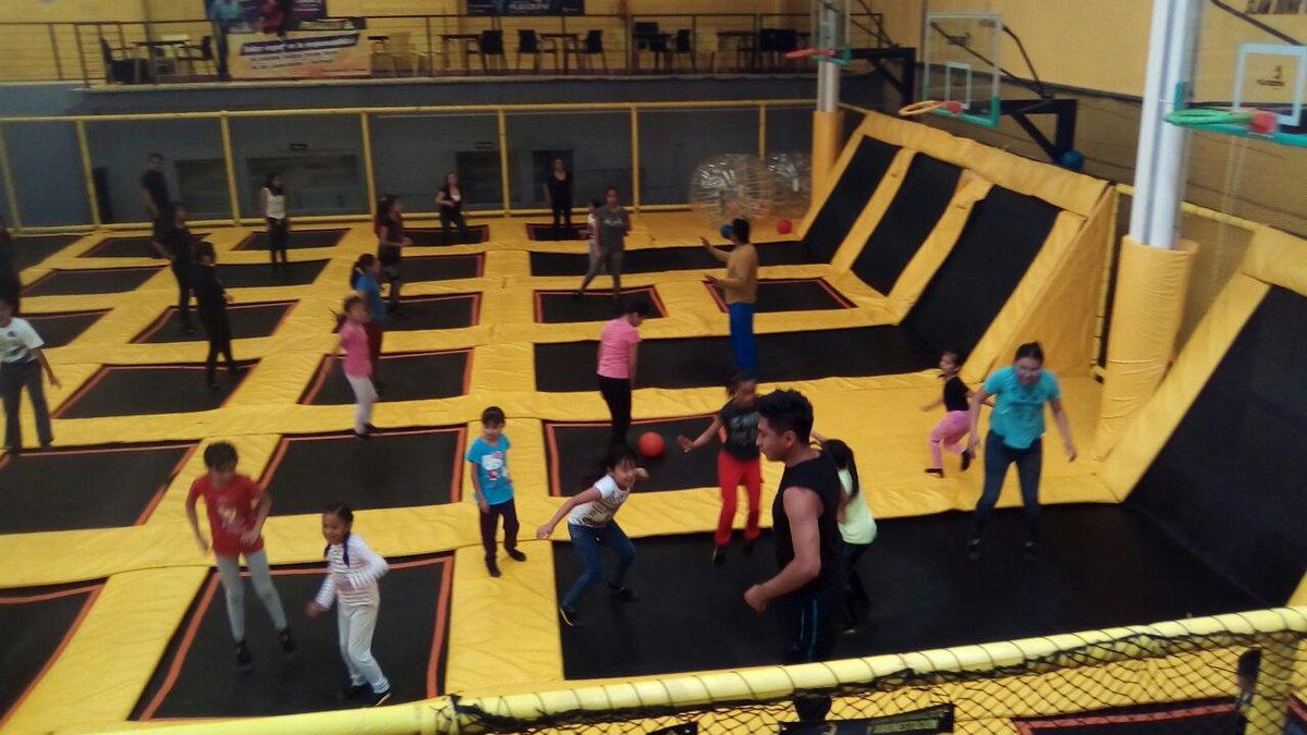 niños saltando en las instalaciones del parque Flexzone