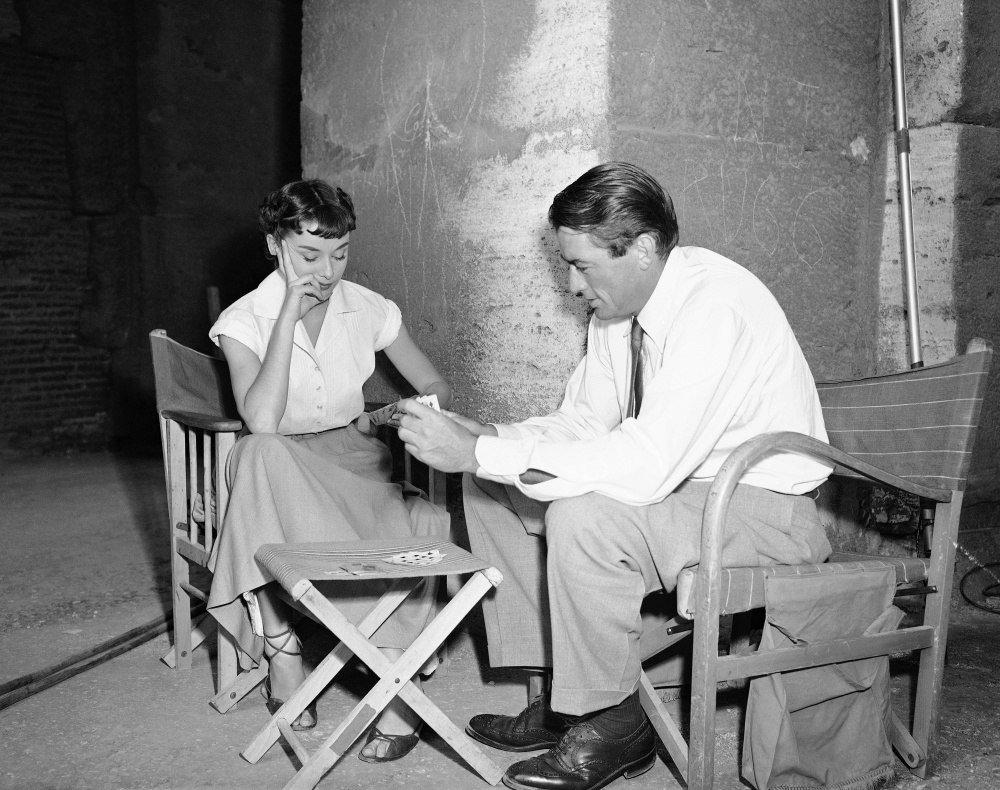 #AudreyHepburn joue aux cartes avec Gregory Peck sur le tournage de &#39;Roman Holiday&#39; in 1953 #hollywood <br>http://pic.twitter.com/4IMavg7F3t