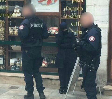 #URGENT&quot;Une femme a menacé plusieurs personnes avec un couteau de 20 cm dans une rue de #Dijon.&quot; #BREAKING #BreakingNews #alerteinfo<br>http://pic.twitter.com/2oAGSfSox7
