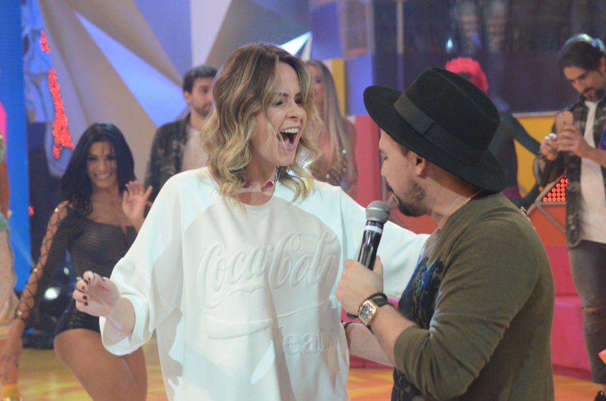 .@anapaularenault  saiu da bancada de jurados para dançar com @XandAvi...