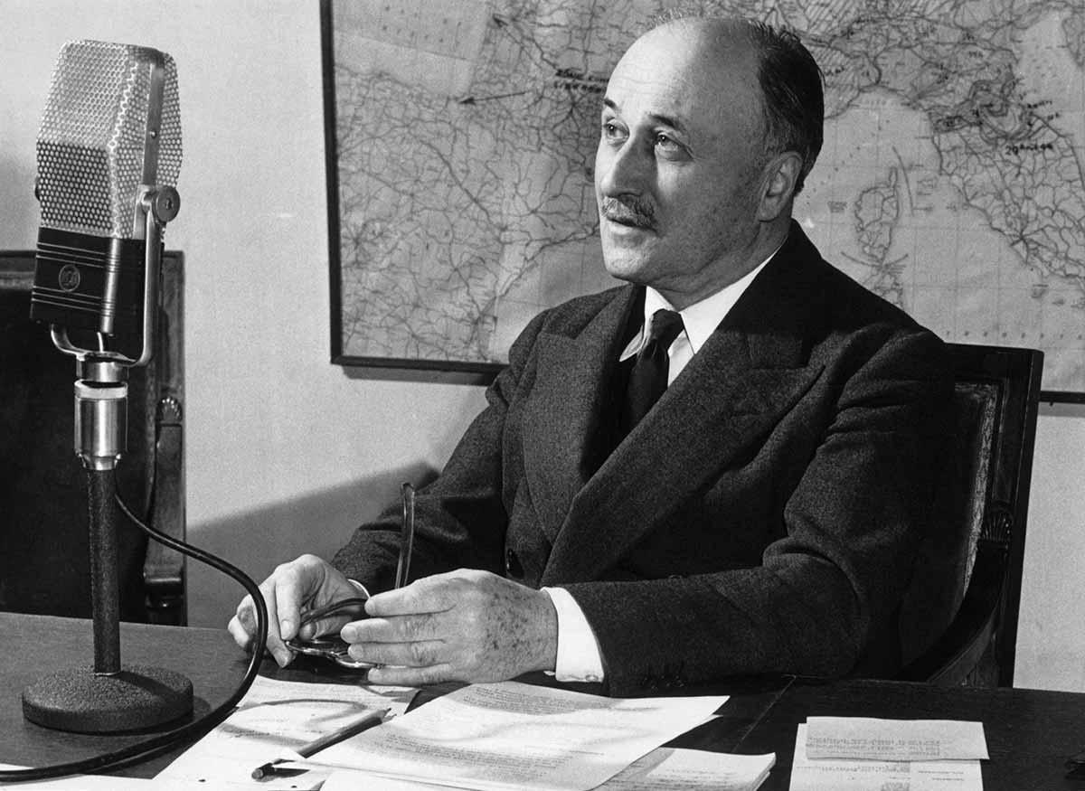 """Jean Monnet soñaba con unas instituciones europeas EFICACES.   """"Nada es posible sin los hombres y nada dura sin las instituciones"""". https://t.co/TRlYrCf3ic"""