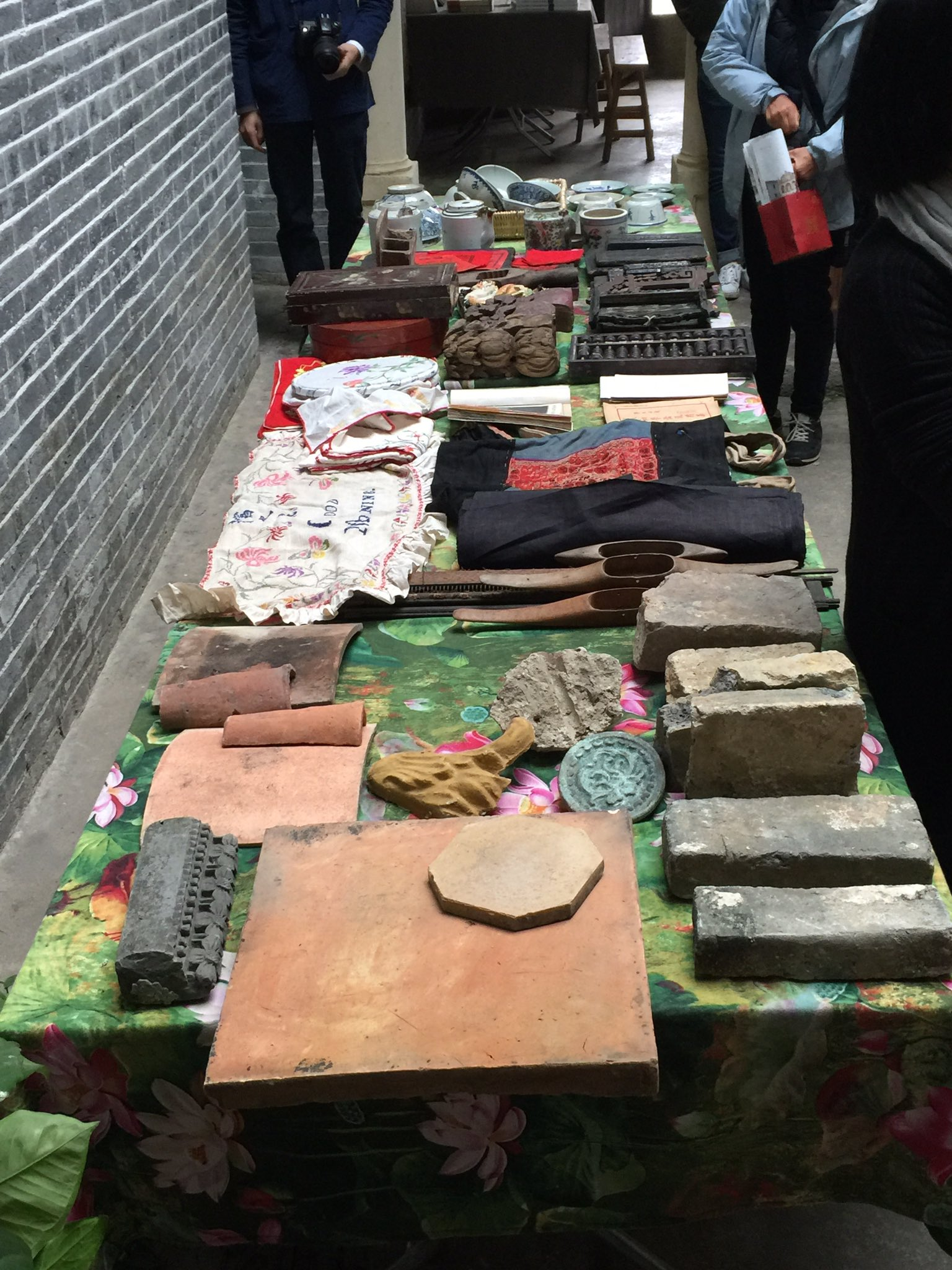 Treasures from Candong village – tiles, embroidery, abacus, crockery, books... #cahht17 https://t.co/obWcAC2e6b