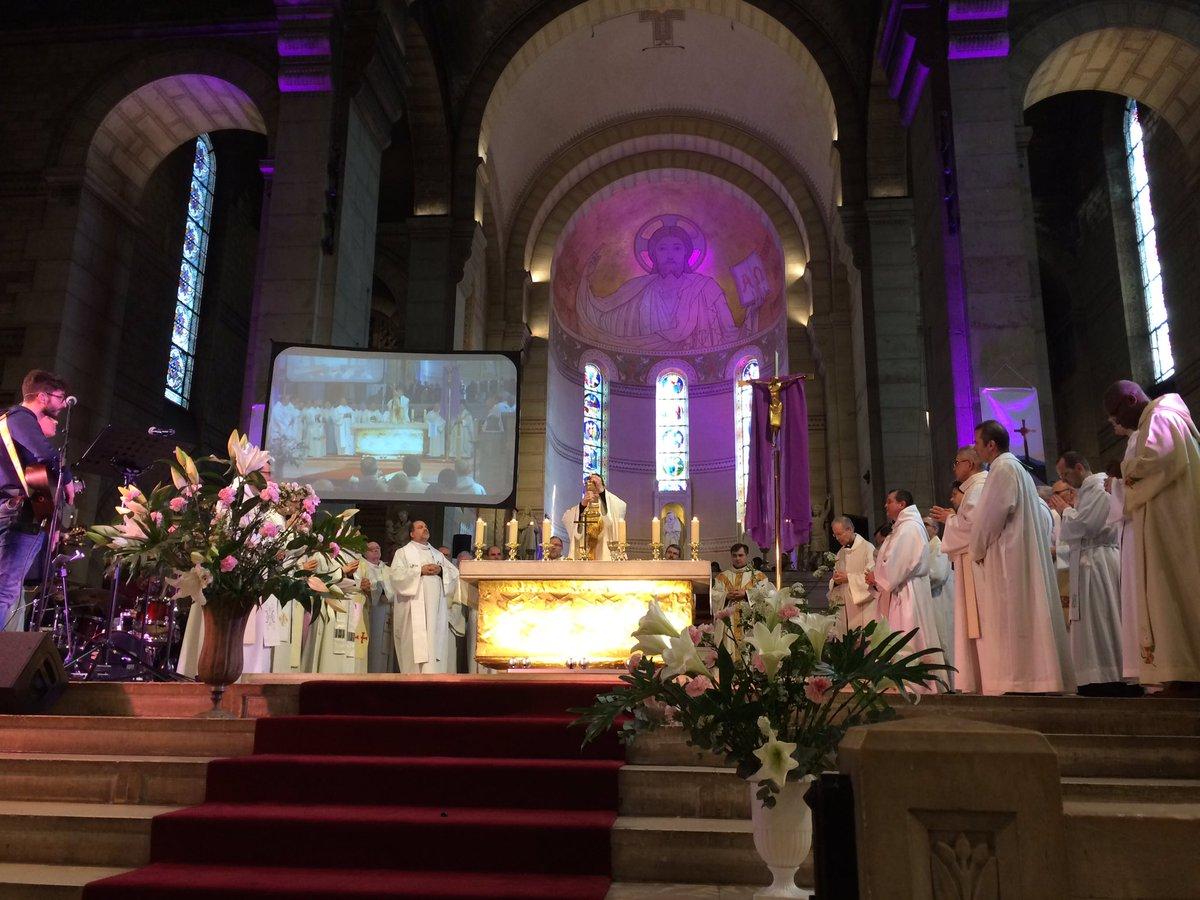 Avec Marie nous sommes invités à dire &quot;me voici Seigneur&quot;. Laissons nous bousculer par les messagers de Dieu. Messe du #wepastoral #Alegria <br>http://pic.twitter.com/Oox3j74329